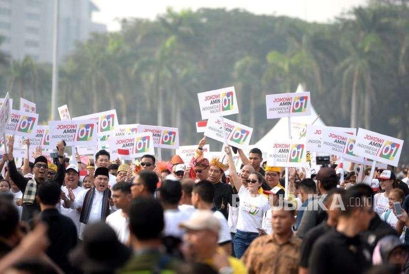 Deklarasi Kampanye Damai. Pasangan Capres nomer 01 Joko Widodo - Maruf Amin bersama simpatisan saat pawai Deklarasi Kampanye Damai dan Berintegritas Pemilu 2019 di Kawasan Monumen Nasional, Jakarta, Ahad (23/9).