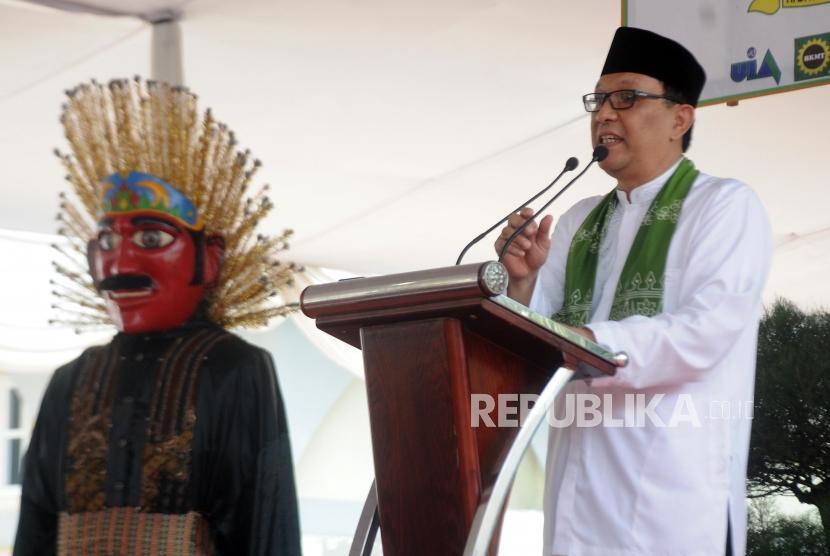 Senator Betawi Dailami Firdaus memberikan sambutan pada kegiatan Hajatan Betawi di Universitas Islam As-Syafi'iyah,  Pondok Gede, Bekasi, Jawa barat, Sabtu (11/11).