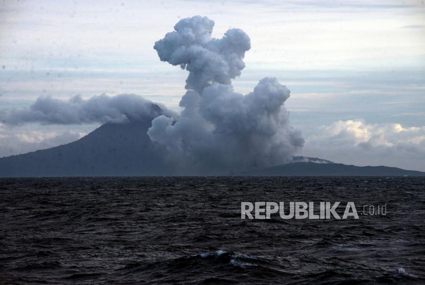 Aktivitas Gunung Anak Krakatau saat erupsi terlihat dari KRI Torani 860 di Perairan Selat Sunda, Lampung Selatan, Jumat (28/12).