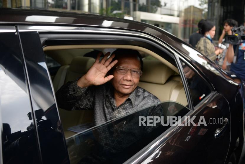 Mahfud MD Datangi KPK. Mantan Ketua Mahkamah Konstitusi Mahfud MD meninggalkan Gedung KPK di Jakarta, Rabu (27/2).