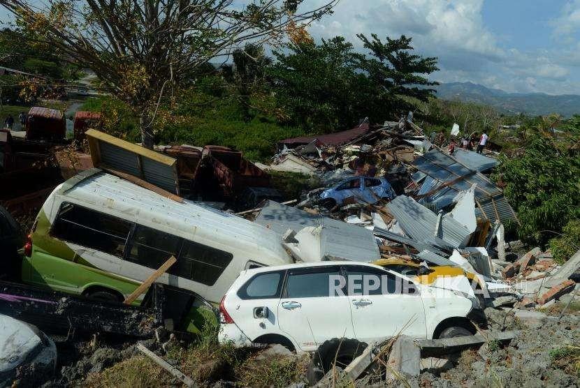 Sejumlah kendaraan tertumpuk akibat terdampak gempa di Petobo, Palu, Sulawesi Utara, Rabu (3/10).