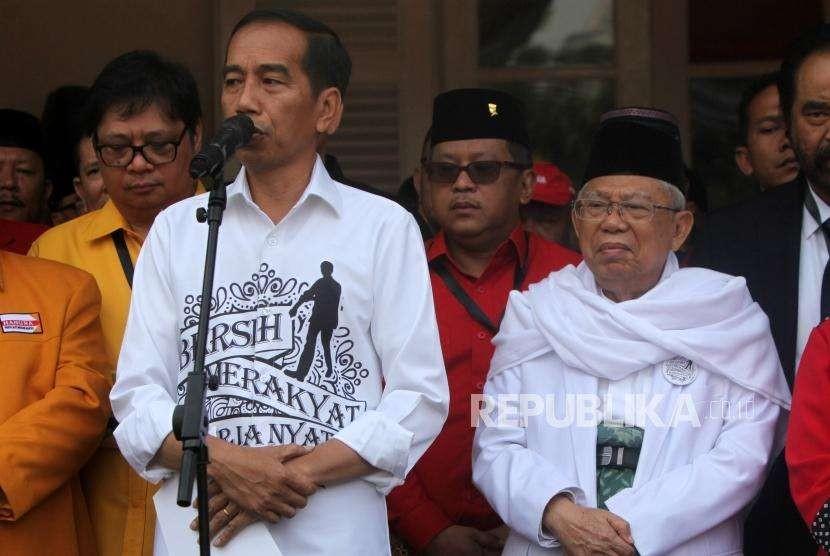 Calon presiden Joko Widodo (kiri) menyampaikan pidatonya didampingi calon wakil presiden Ma'ruf Amin (kanan) bersama para ketua umum partai politik pendukung saat deklarasi di Gedung Joang, Jakarta, Jumat (10/8).