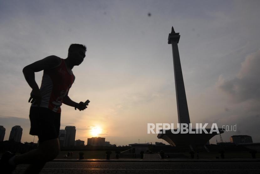 Warga saat melakukan jogging di Lapangan Monas, Jakarta, Jumat (2/2).