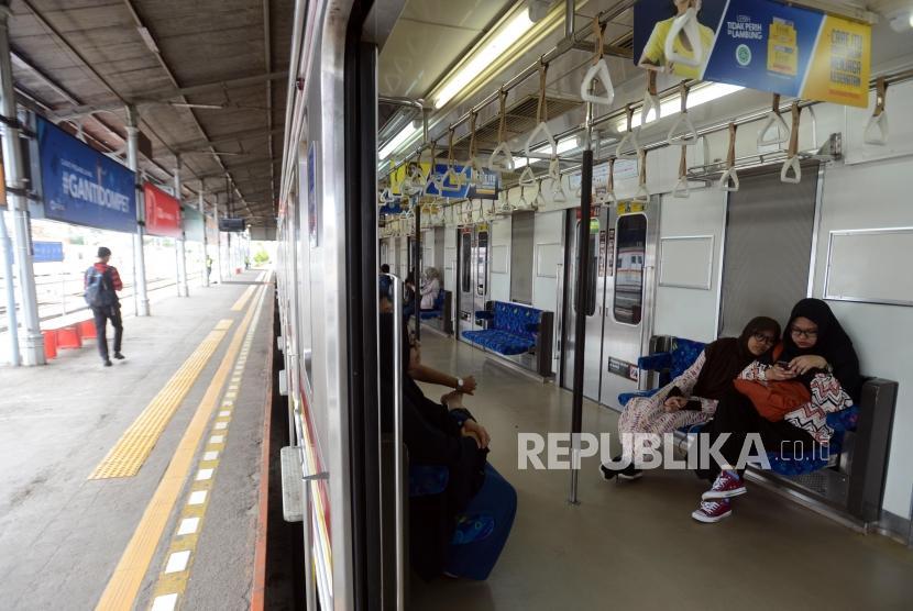 Stasiun Bogor. Sejumlah penumpang KRL berada di kereta di Stasiun Bogor, Kota Bogor, Jawa Barat, Senin (11/3).