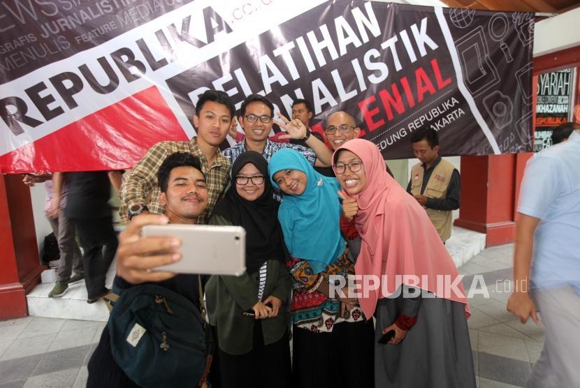 Para peserta berfoto bersama seusai mengikuti Pelatihan Jurnalistik Online Milenial dan Umum di Kantor Republika, Jakarta. (ilustrasi)