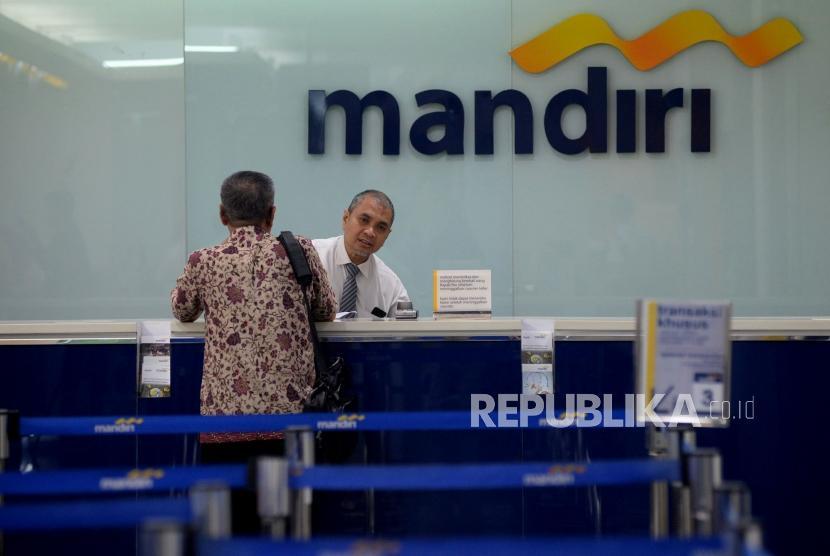 Petugas melayani nasabah ketika melakukan transaksi di Bank Mandiri, Kantor Cabang Plaza Mandiri, Jakarta. (ilustrasi)