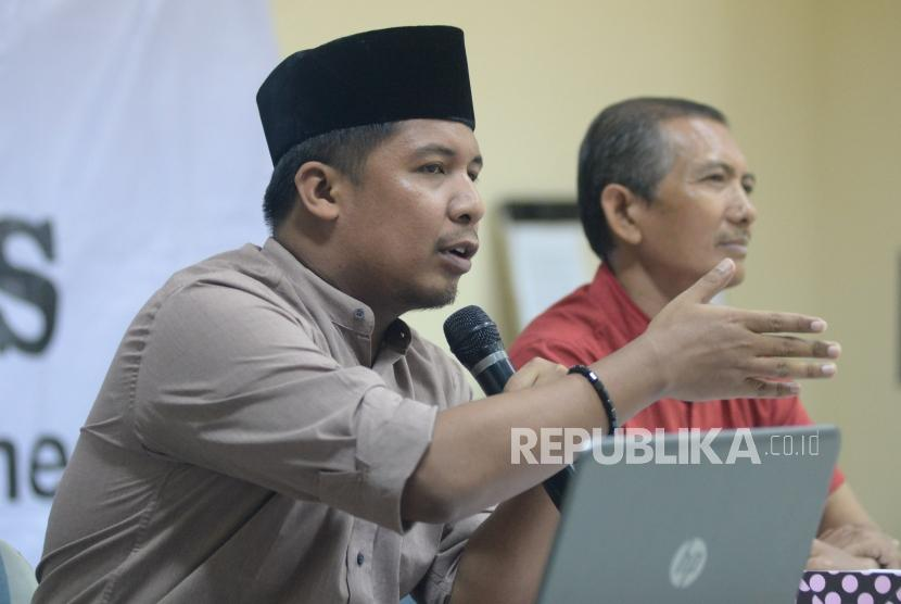Wakil Sekjen Federasi Serikat Guru Indonesia (FSGI) Satriwan Salim (kiri).