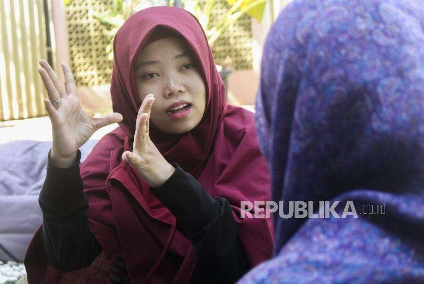 Kelompok Gerakan Kesejahteraan Tuli Indonesia memperagakan bahasa isyarat pada acara 'Sahabat Isyarat' di 107 Garage Room, Kota Bandung, Jumat (28/9).