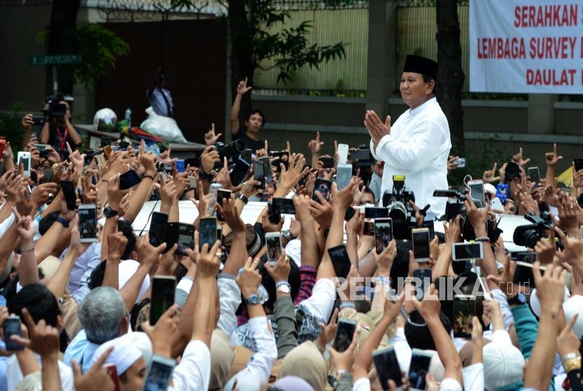 Calon Presiden Nomor Urut 02 Prabowo Subianto saat menyapa pendukungnya di Jalan Kertanegara, Kebayoran Baru, Jakarta, Jumat (19/4).