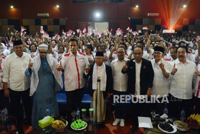 Calon Wakil Presiden nomor urut 1 KH. Ma'ruf Amin (keempat kiri) bersama Menteri Tenaga Kerja dan Transmigrasi Hanif Dhakiri (keempat kanan) dan Wakil Walikota Bekasi Tri Adhianto (kiri) saat menghadiri deklarasi dukungan di Pondok Gede, Bekasi, Jawa Barat, Kamis (25/10).