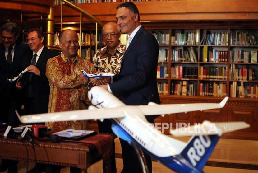 Komisaris PT. Regio Aviasi Industri (RAI) Ilham Akbar Habibie (ketiga kiri) memberikan diorama pesawat R80 kepada salah satu perwakilan dari LAER di Perpustakaan Habibie-Ainun, Kuningan, Jakarta, Kamis (22/2).