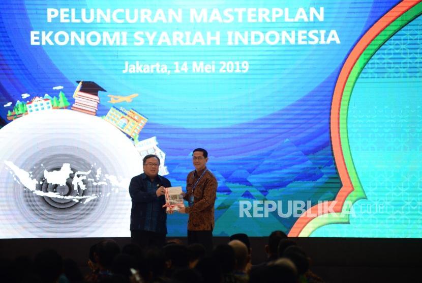 Menteri PPN/Kepala Bappenas Bambang Brodjonegoro memberikan masterplan ekonomi syariah Indonesia kepada Direktur Eksekutif KNKS Ventje Rahardjo pada acara peluncuran masterplan ekonomi syariah Indonesia 2019-2024 di Jakarta, Selasa (14/5).