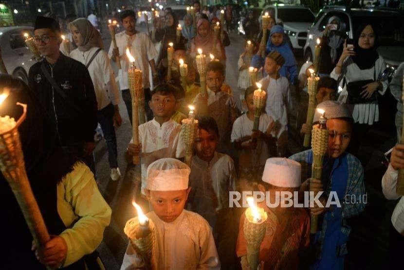 Sejumlah anak membawa obor saat mengikuti pawai menyambut Tahun Baru Islam di kawasan Menteng, Jakarta (10/9).