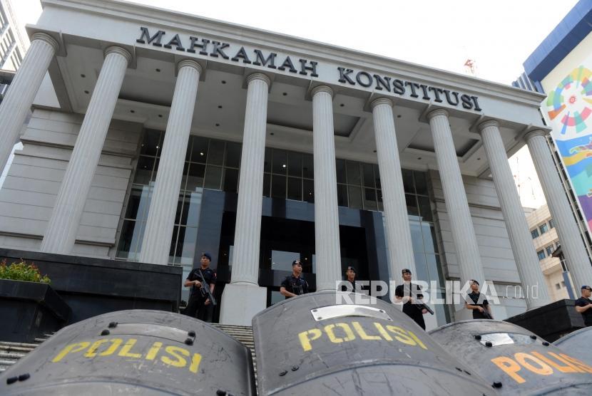 Anggota Brimob saat berjaga di depan gedung Mahkamah Konstitusi, Jakarta, Kamis (13/6). (Ilustrasi).