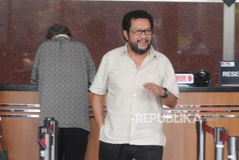 Politisi Partai Golkar Yorrys Raweyai  usai menjalani pemeriksaan di gedung KPK, Jakarta, Senin (14/5).