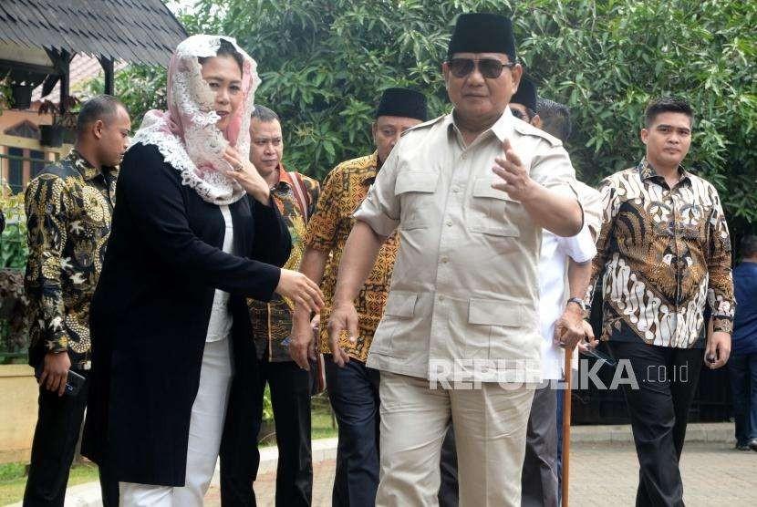 Bakal calon presiden Indonesia, Prabowo Subianto (kanan), disambut Yenny Wahid (kiri) saat tiba di kediaman Alm Abdurrahmn Wahid, di Jakarta, Kamis (13/9).