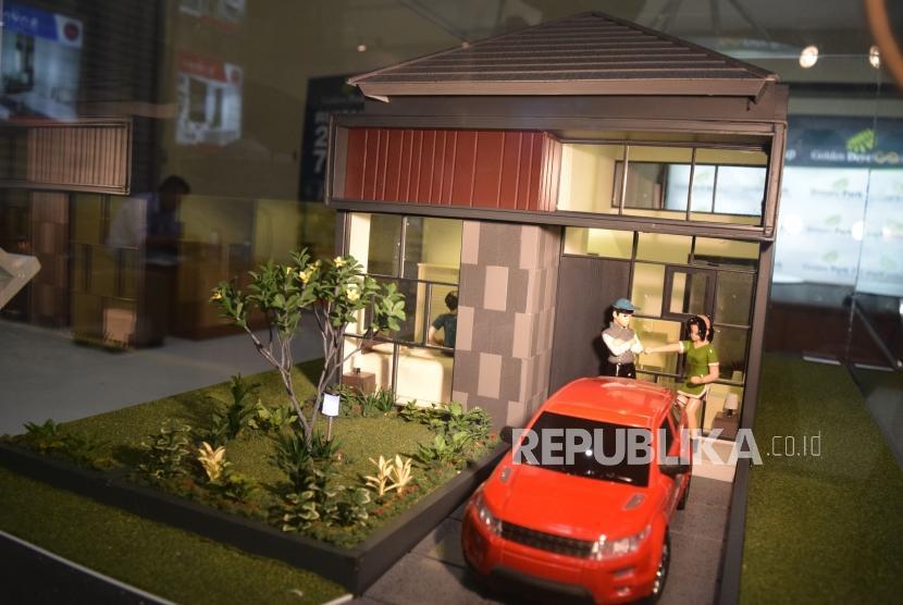 Penjaga stan menjelaskan tentang harga rumah dan fasilitasnya kepada calon konsumen saat pameran perumahan di Jakarta.