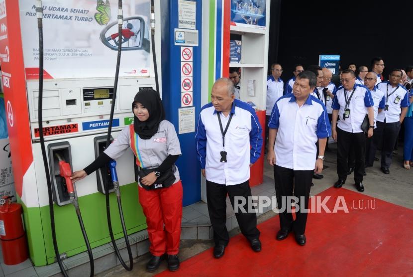 Pertamax Turbo Euro 4. Direktur Pemasaran Pertamina Muhammad Iskandar (tengah) memeriksa kesiapan petugas pengisian BBM saat Pertamina Commitment Exhibitions