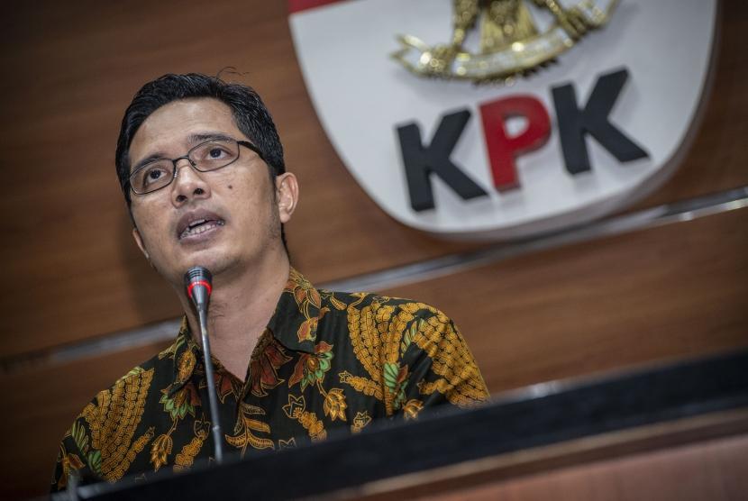 Juru Bicara KPK Febri Diansyah memberikan keterangan pers terkait kasus dugaan korupsi pengadaan pekerja jasa konsultansi di Perum Jasa Tirta II Tahun 2017, di Gedung KPK, Jakarta, Jumat (7/12/2018).