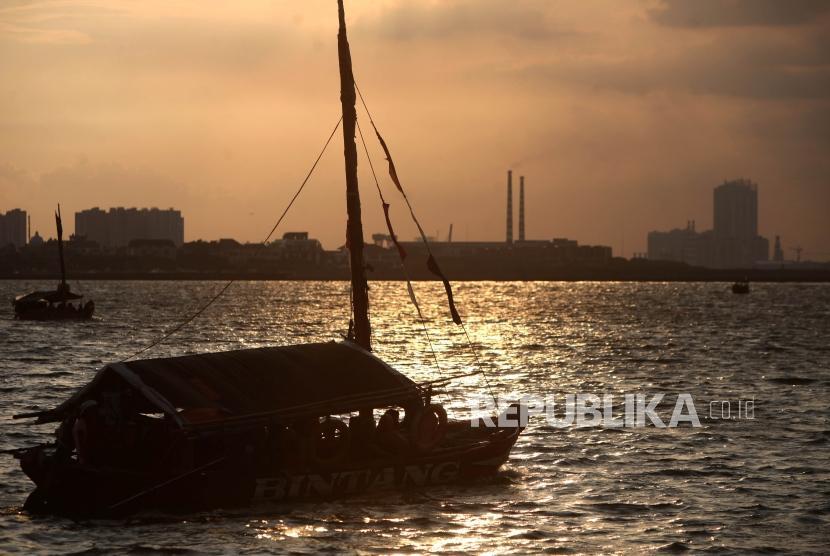 Pengunjung menggunakan perahu wisata saat liburan di Ancol, Jakarta, Jumat (30/3).