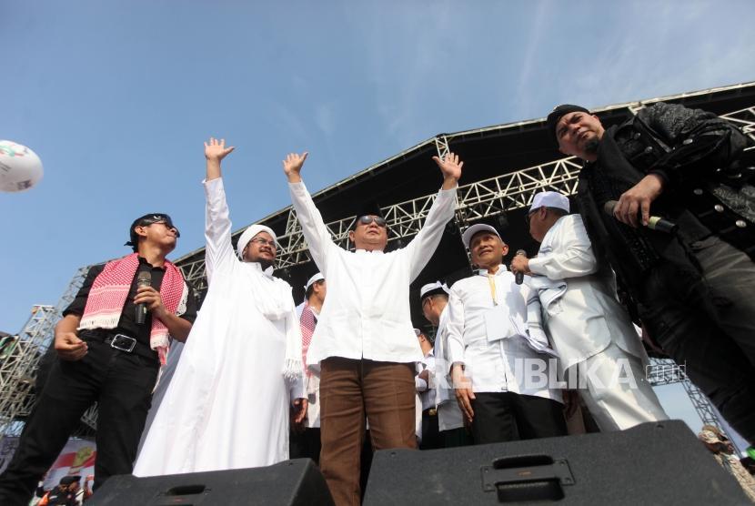 Calon presiden nomor urut 2 Prabowo Subianto (tengah) bersama para ustadz bersama para pimpinan terkait menghadiri reuni aksi 212 di Lapangan Monumen Nasional, Jakarta, Ahad, (2/12).