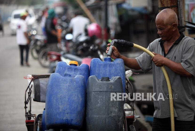 Warga mengisi air bersih ke dalam jerigen di Kawasan Muara Angke, Jakarta, Kamis (1/2).