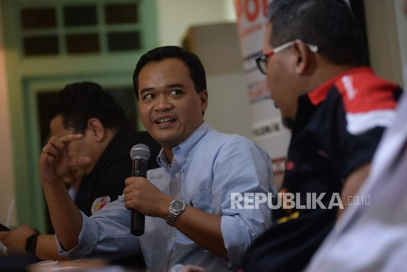 nalis Komunikasi Politik UIN Jakarta Gun Gun Heryanto menyampaikan pendapatnya dalam diskusi Polemik di Jakarta, Sabtu (5/5).