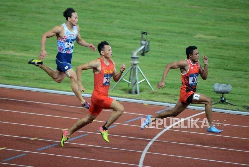 Atlet lari Indonesia Lalu Muhammad Zohri (kanan) saat bertanding pada babak kualifikasi cabang olahraga atletik Asian Games 2018 kategori lari 100 meter putra di Stadion Utama Gelora Bung Karno, Jakarta, Sabtu (25/8).