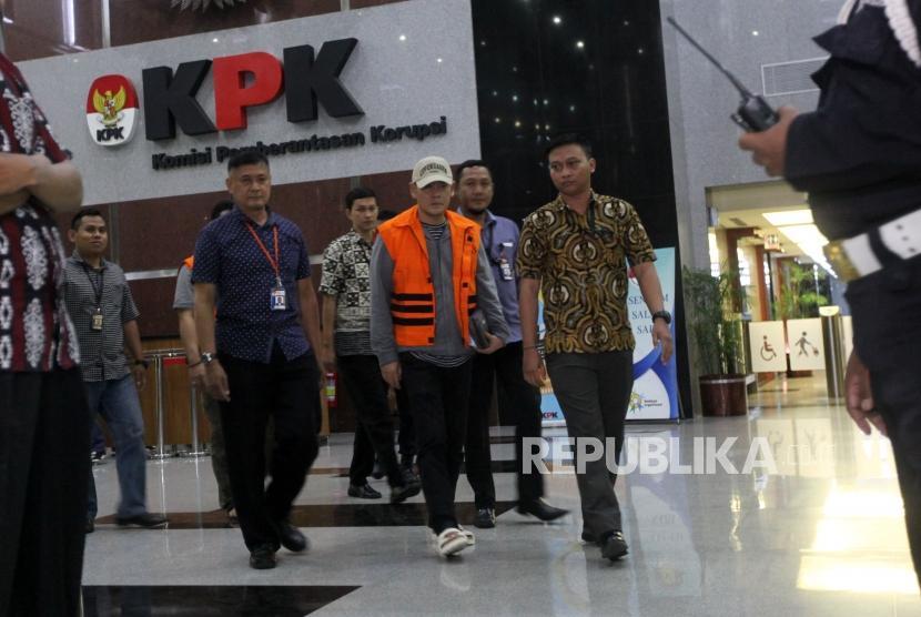 Tersangka kasus suap fasilitas sel mewah dan izin keluar napi korupsi Lapas Sukamiskin Fahmi Darmawansyah (kanan) bersama Andri Rahmad (kiri) terpidana umum memakai rompi tahanan berjalan seusai menjalani pemeriksaan di Gedung KPK, Jakarta, Sabtu (21/7).
