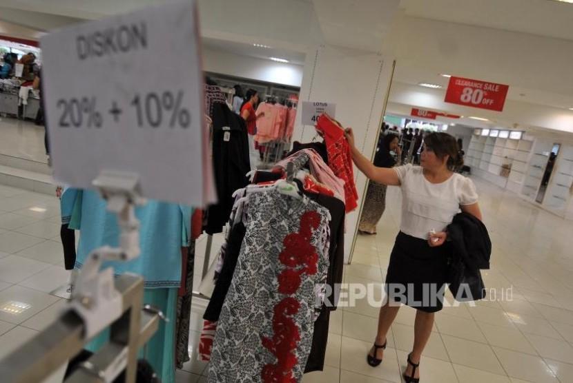 Pengunjung memilih pakaian di Lotus Department Store di Jalan MH Thamrin, Jakarta Pusat, Kamis (26/10).
