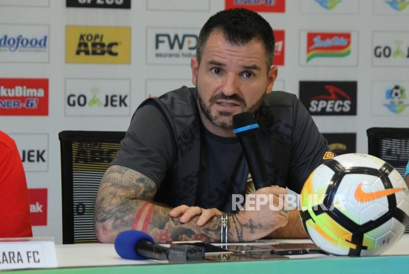 Pelatih Bhayangkara FC, Simon McMenemy.