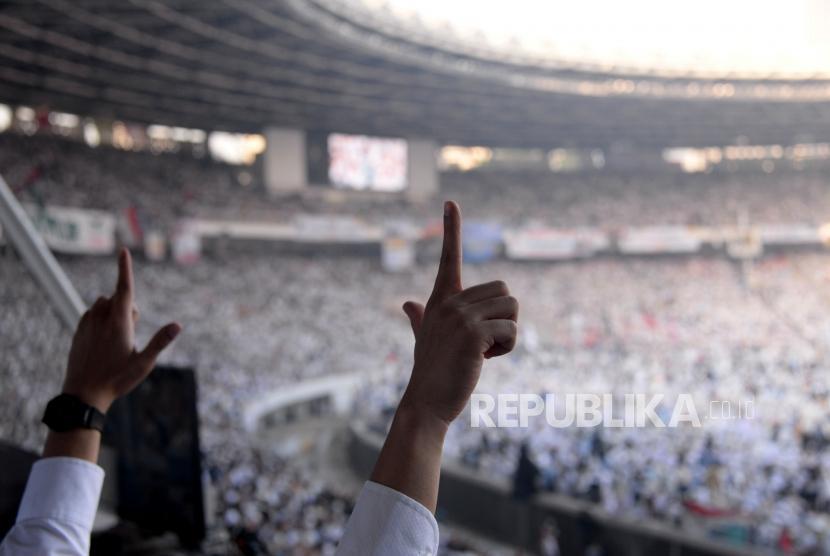 Sejumlah massa simpatisan memadati area kampanye akbar calon presiden dan calon wakil presiden nomor urut 02, Prabowo Subianto dan Sandiaga Uno di Gelora Bung Karno (GBK), Senayan, Jakarta, Minggu (7/4).