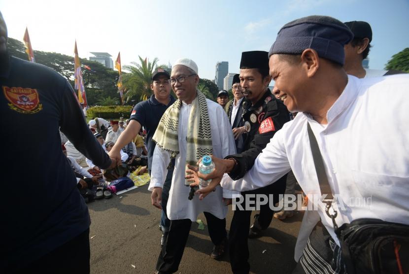 Buni Yani berjalan saat mengikuti  reuni aksi 212 di Lapangan Monumen Nasional, Jakarta, Ahad, (2/12).