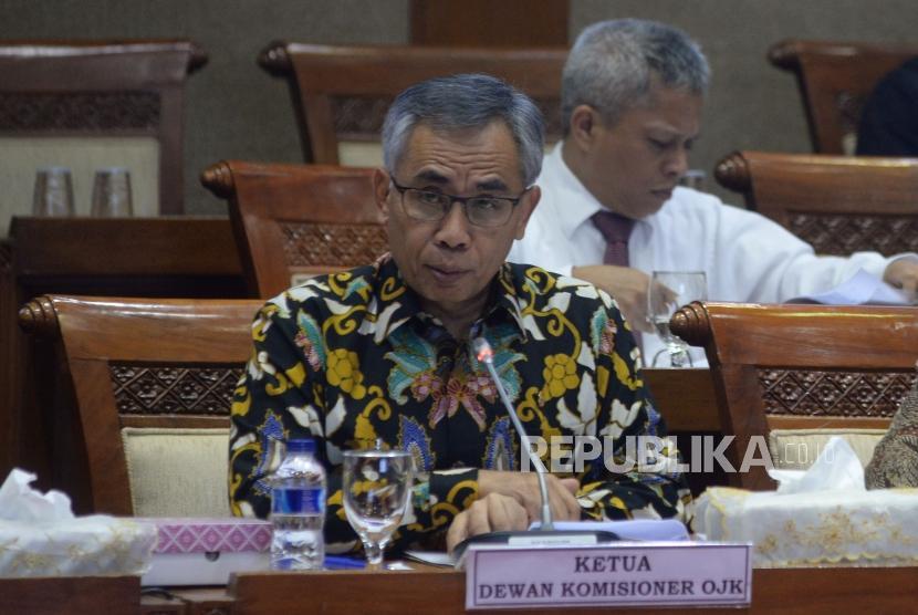 Ketua Dewan Komisioner OJK Wimboh Santoso mengikuti rapat kerja dengan Komis I di Kompleks Parlemen Senayan, Jakarta, Senin (11/4).