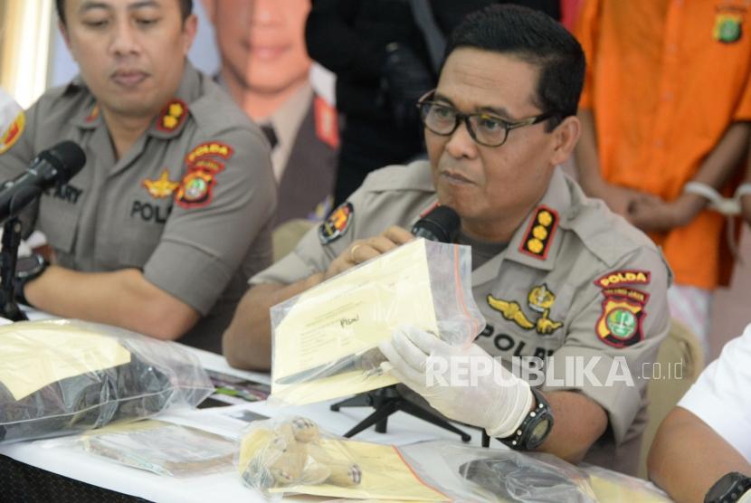 Kabid Humas Polda Metro Jaya Kombes Pol Argo Yuwono menunjukkan barang bukti saat rilis pengungkapan kasus kriminal di Polda Metro Jaya, Jakarta, Rabu (8/4).