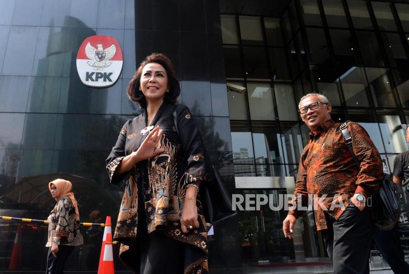 Ketua Panitia Seleksi (Pansel) Calon Pimpinan KPK Yenti Garnasih (tengah) dan anggota pansel calon pimpinan KPK usai pertemuan di Gedung KPK, Jakarta, Rabu (12/6).