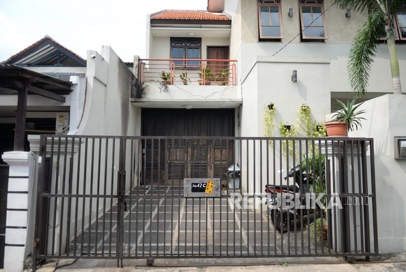 Pelemparan Molotov Rumah Laode. Rumah Wakil Ketua KPK Laode M Syarif pascapelemparan bom molotov di Kalibata, Jakarta, Rabu (9/1/2019).