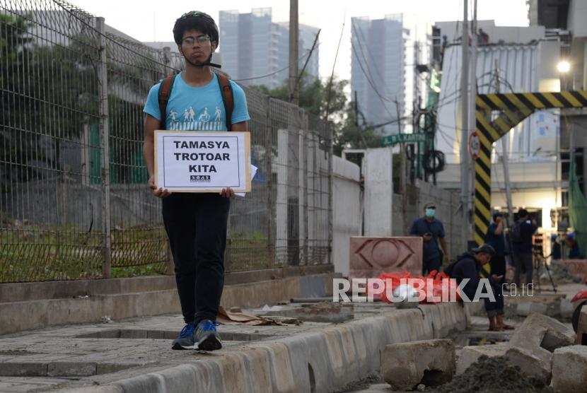 Tamasya Trotoar. Aktivis Koalisi Pejalan Kaki melakukan aksi simpatik di Kawasan Farmawati, Jakarta, Jumat (1/3).