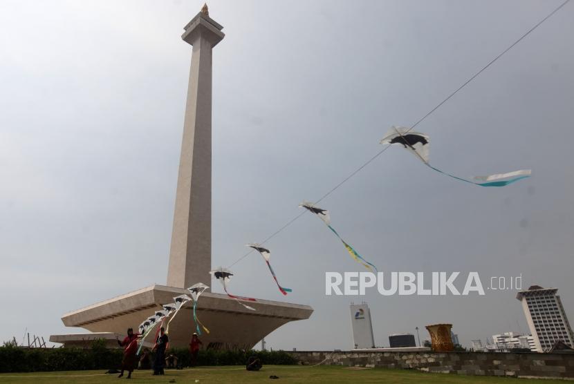 [ilustrasi] Peserta bermain layang-layang saat acara pameran India-Indonesia Kite Exibition di Lapangan Monas, Jakarta, Rabu (30/5).