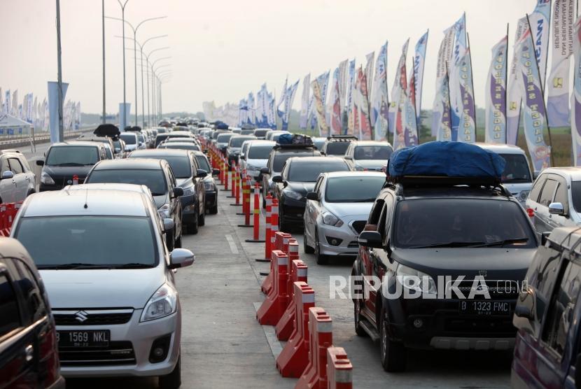 Antrean kendaraan saat melintas di Pintu Gerbang Tol  Fungsional Kertasari, Tegal, Jawa Tengah, Ahad (10/6).
