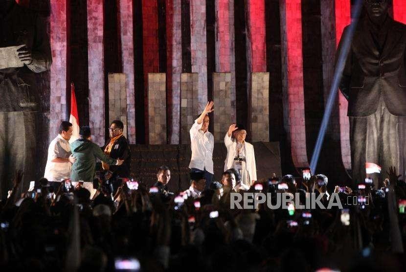 Pasangan Capres Petahana dan Cawapres, Joko Widodo (Jokowi) - Ma'ruf Amin menemui para pendukungnya sebelum mendatangi kantor KPU RI di Tugu Proklamasi, Jakarta, Jumat (21/9).