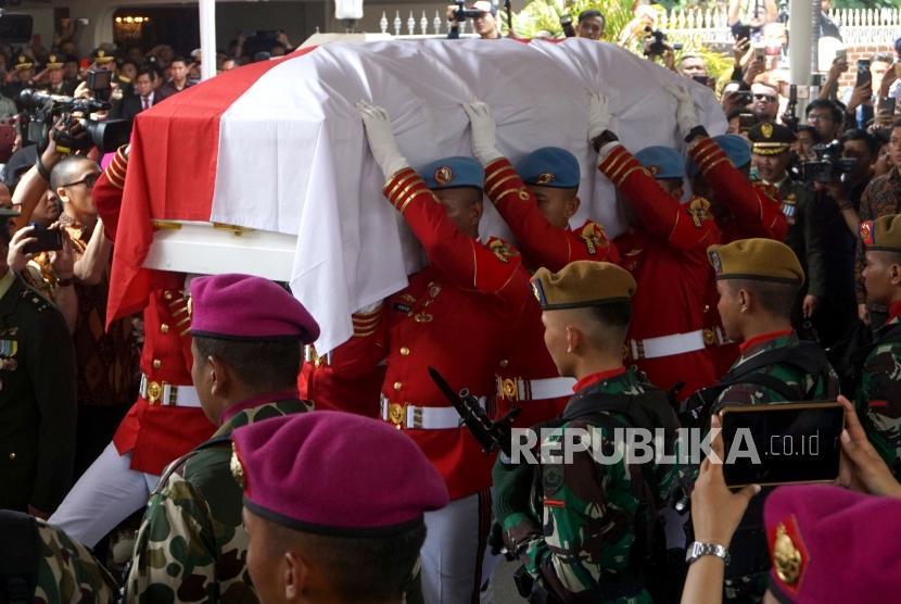 Personil TNI membawa peti jenazah almarhumah Presiden ke-3 BJ Habibie saat upacara pelepasan militer di Patra Kuningan, Jakarta, Kamis (12/9).