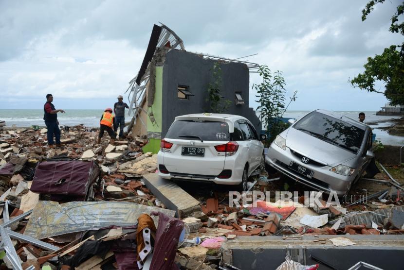 Relawan mencari korban tsunami di reruntuhan sebuah hotel di kawasan Carita, Banten,Senin (24/12).