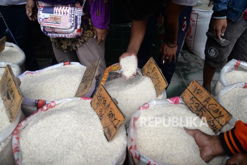 Harga Beras Naik. Pembeli memilih beras di Pasar Induk Beras Cipinang, Jakarta, Kamis (11/1).