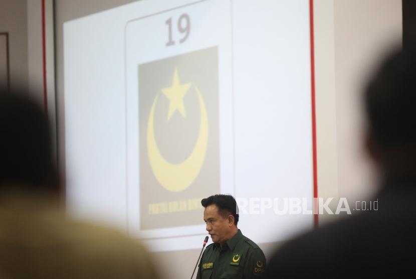 Ketua  Umum Partai Bulan Bintang Yusril Ihza  memberikan sambutan  saat acara Pengundian Nomor Urut Peserta Pemilu 2019 di Kantor KPU, Jakarta, Ahad (18/2).