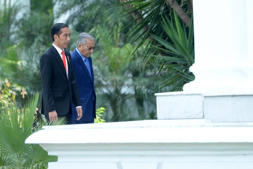 Presiden Kunjungan PM Malaysia. Presiden Joko Widodo (kiri) bersama PM Malaysia Mahathir Mohamad usai menanam pohon saat kunjungan kenegaraan di Istana Bogor, Jawa Barat, Jumat (29/6).