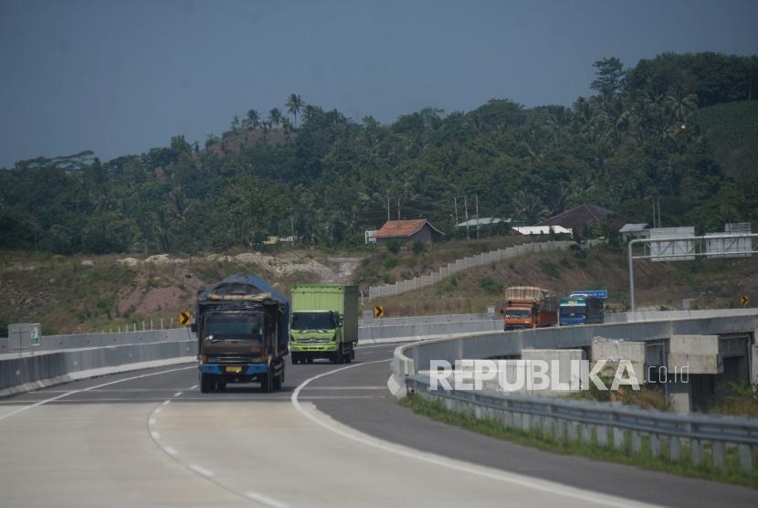 Kendaraan melintas di ruas Jalan Tol Trans Sumatera (JTTS) di Kawasan Bakauheni, Lampung.