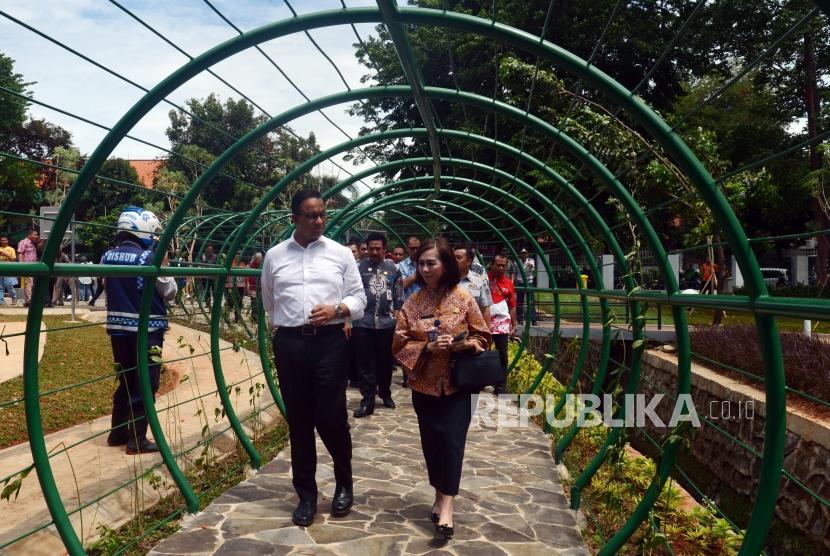 Gubernur DKI Jakarta Anies Baswedan saat meninjau Taman Lalu Lintas, Tebet, Jakarta, Kamis (3/1).