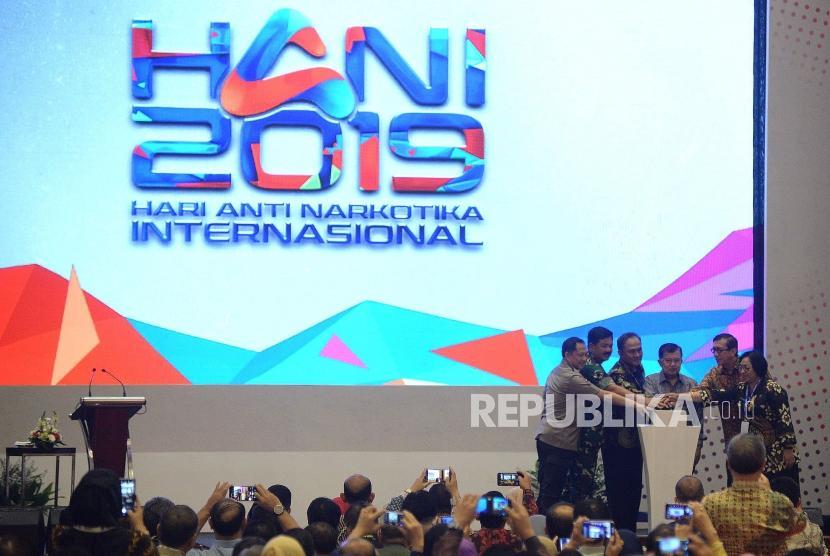 Wakil Presiden Jusuf Kalla (ketiga kanan) didampingi Kepala BNN Komjen Pol Heru Winarko (ketiga kiri), Menkumham Yasonna Laoly (kedua kanan), Panglima TNI Marsekal TNI Hadi Tjahjanto (kedua kiri) dan Kapolri Jendral Pol Tito Karnavian (kiri) menekan tombol saat peringatan Hari Anti Narkotika Internasional 2019 di Jakarta, Rabu (26/6).