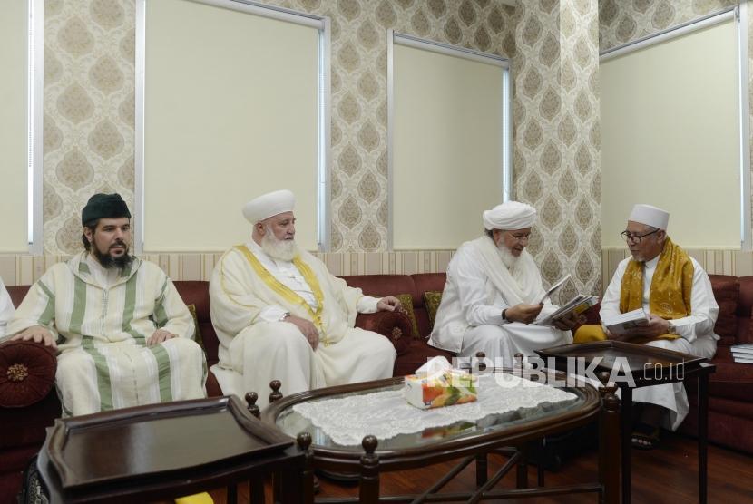 Ketua Umum DPP Rabithah Alawiyah Habib Zein bin Umar bin Smith (kanan) bersama sejumlah tokoh Sufi asal Timur Tengah Syaikh Muhammad Adnan Al Afyouni (kedua kiri), Syaikh Muhammad Syuhumi Al Idrisi (kedua kanan) dan Syaikh Aziz Al Kubaithi Al Idrisi saat berkunjung ke Kantor DPP Rabithah Alawiyah di Jakarta, Sabtu (20/7).
